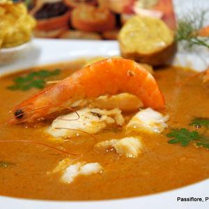 Soupe de daurade avec des filets et des crevettes roses