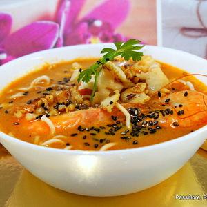 Ramen de soupe de daurades avec nouilles, des crevettes roses et du poisson